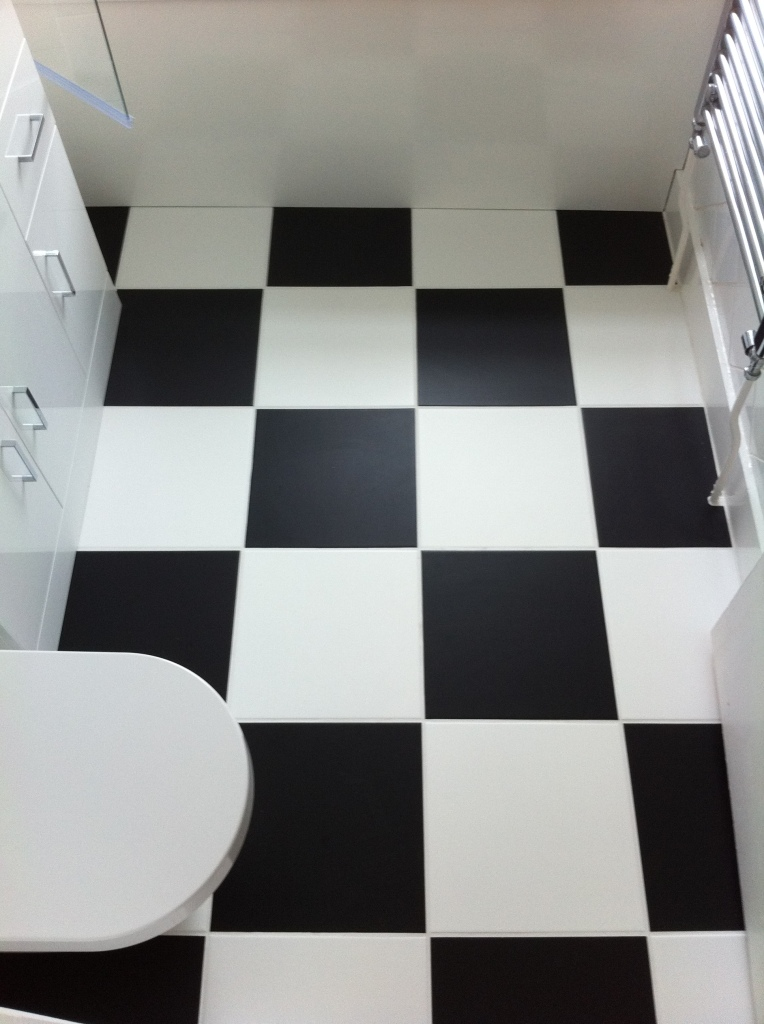 bathroom-flooring-tiling-black-white-tiles